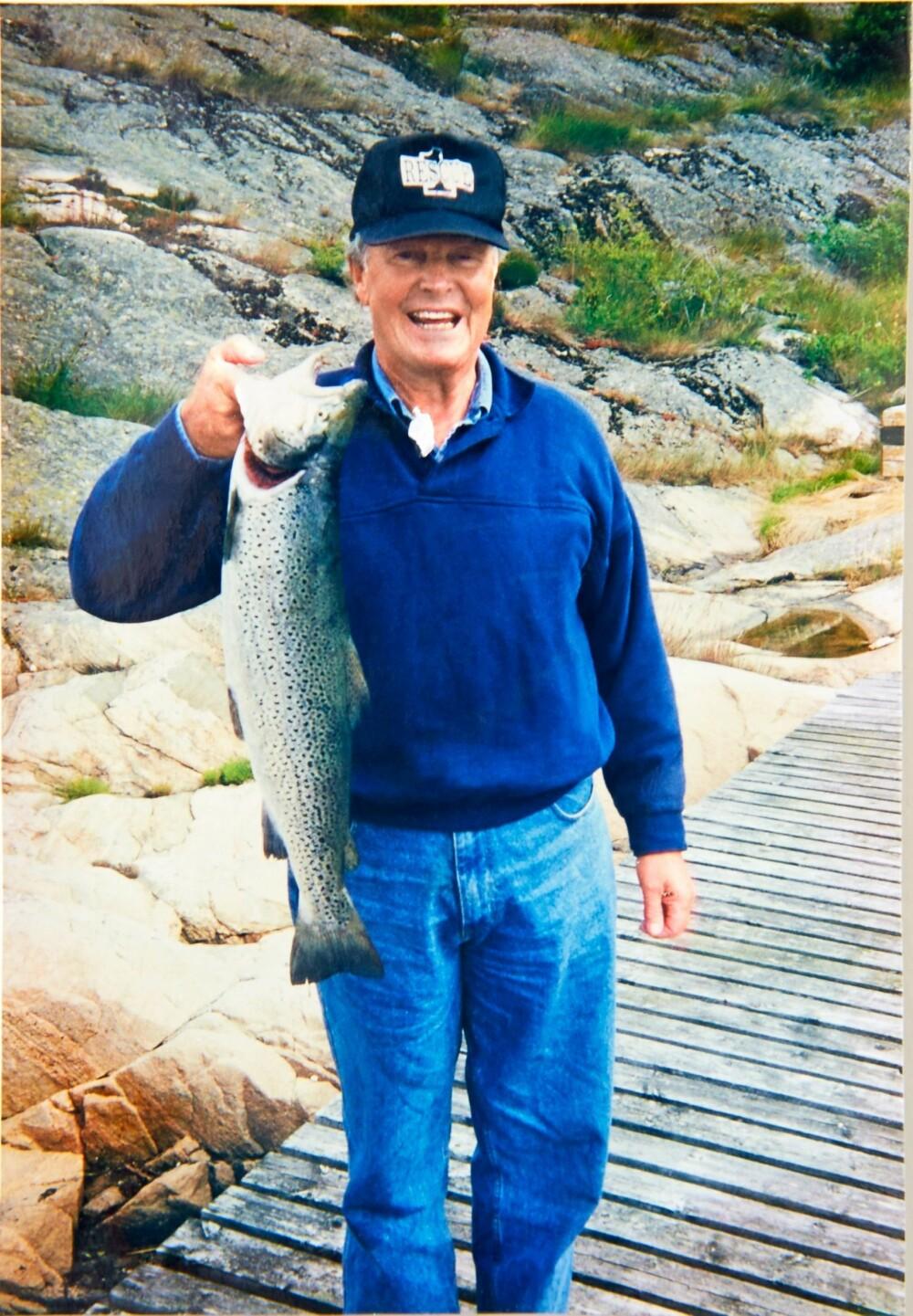 HYTTEEIER: Per Jahn Jørgensen er glad i å fiske som bildet viser. Det har gått i arv for det samme var faren Arne Olav Jørgensen. På hytta i Søgne har de tatt mange godbiter.