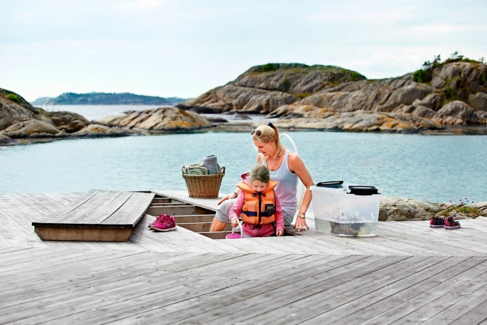 MOR OG DATTER: Tina Nyquist og datteren Isabell elsker å fange krabber og sjøstjerner. De pleier å lage små akvarier på brygga. Bryggelemmen som kan åpnes er laget nettopp med tanke på denne aktiviteten.