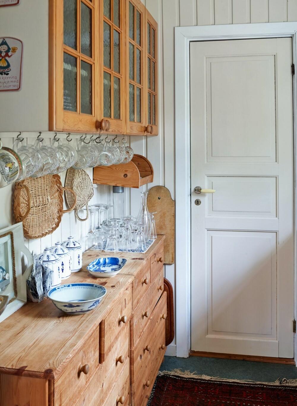 ENKEL TILVÆRELSE: Kjøkkenet har familien satt opp selv. Trefrontene gjør atmosfæren levende og koselig. Kjøkkenet består ellers av gassbluss og sommervann med utslagsvask.