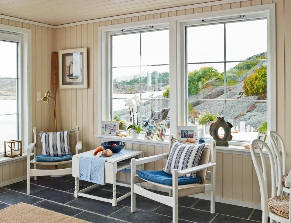 MARITIMT OG LYST: Båthuset, eller kombibygget, er innredet i blå, maritime farger. Møblene er arvet og malt hvite. Det er her Tina med familien bor når de er på hytta.