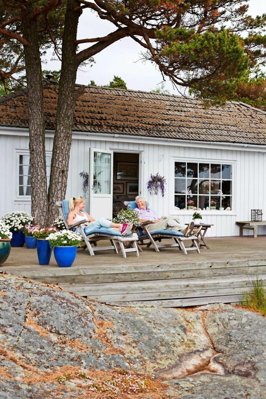 KLASSISK: Hytta ble bygget rett etter krigen. Tina og faren Per Jahn nyter sommeren på den romslige terrassen, som innbyr til late sommerdager.