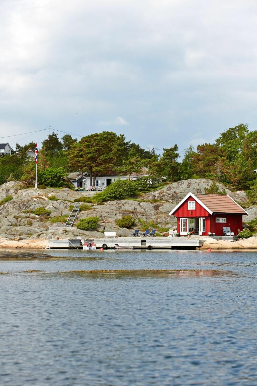 SØRLANDSIDYLL: En klassisk sørlandshytte i Søgne vant Hyttelivs konkurranse Norges drømmehytte 2014. Den hvitmalte hytta ligger vakkert til i Paradisbukta.
