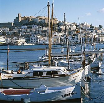 EUROPAS ELDSTE: Borganlegget, Dalt Vila, i Ibiza by troner majestetisk over byen. (Foto: Tour Spain)