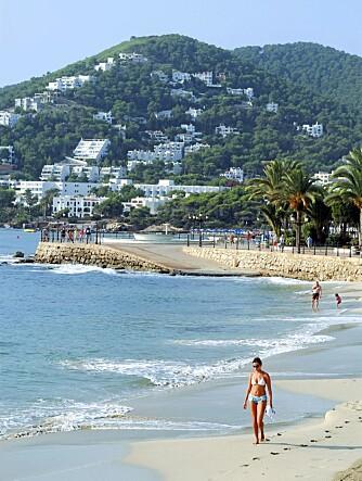 STRAND: En av de mange, flotte strendene på Ibiza.