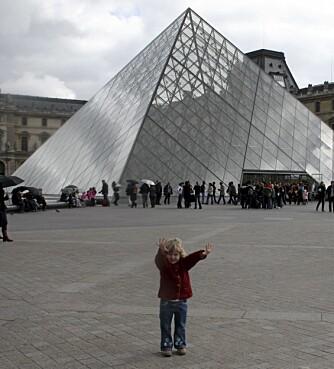 """LOUVRE: """"Kom så går vi inn og ser på hun Mona Lisa-damen¿, sier Livia på fem. Spør etter det familievennlige besøkskartet på Louvre. Da kan dere gå på skattejakt i museet."""