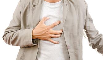 RING LEGEVAKTEN: Hvis du får brystsmerter, skal du ikke vente til legekontoret åpner neste morgen.