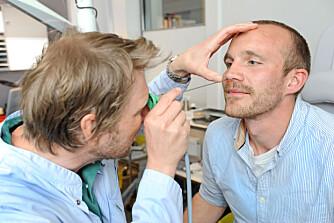 ALT I ORDEN: –Jeg kjenner det er blitt lettere å puste gjennom nesen, forteller Tobias Eriksson, som får sjekket alt har grodd  pent sammen av øre-nese-halsspesialist Kristian Mydske Vegsgaard. FOTO: Marianne Otterdahl-Jensen