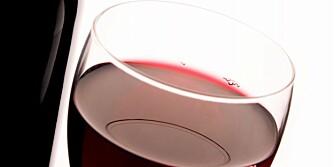 SUNN VIN: I kveld kan du kose deg med rødvin med god samvittighet. Forskere mener at et stoff i vinen motvirker aldring.