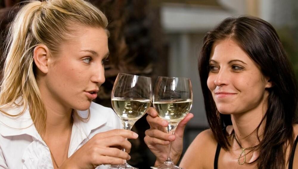 DRIKKER MER: Kvinner med høy utdanning drikker mer enn dobbelt så mye som kvinner med lavere utdanning. Økt alkoholkonsum betyr økt kreftfare.