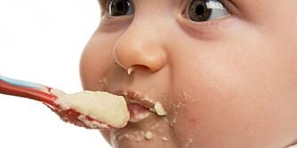 BARNEGRØT: Ikke alltid lett å få inn i munnen.