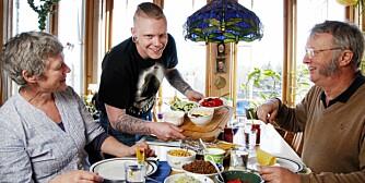 TACO: Nå har Truls flyttet for seg selv, men stikker stadig innom Morten og Dorthe på besøk. Her disker han opp med taco.