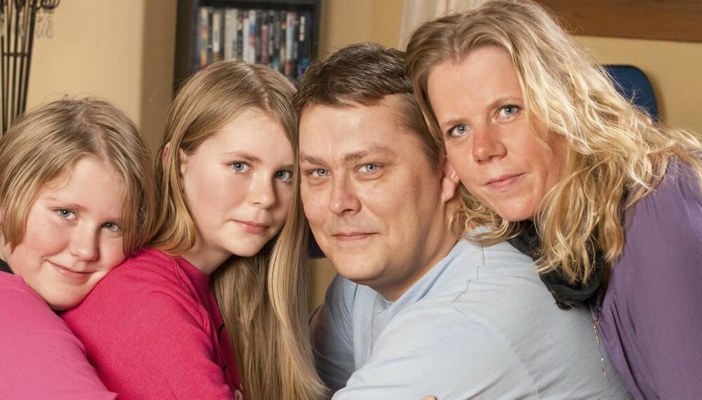 FAMILIEN: Tor Atle, samboeren Jeanette Ødegård og de to døtrene Amalie (t.v.) og Emmeline er flinke til å kose seg sammen. - Vi er heldigvis i stand til å glede oss over småting, noe som er spesielt viktig når vi lever med denne sykdomstrusselen, sier Jeanette.