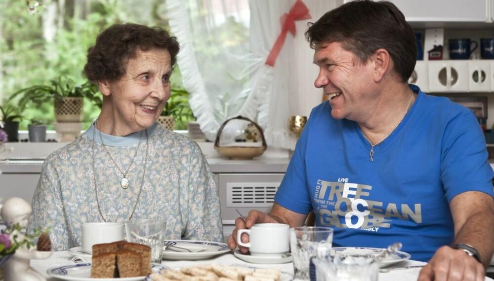 LUNSJ PÅ KJØKKENET: Liv Annfrid har bakt kaker og tatt imot sin gamle elev på kjøkkenet. Hun synes det er rørende at hennes gamle elev fra 1970-årene ikke kan glemme henne.