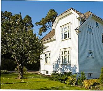 Eneboligen er fra 1930, den er på 98 kvadratmeter og har kjøkken, spisestue, stue og hall i første etasje, og tre soverom og bad i andre.