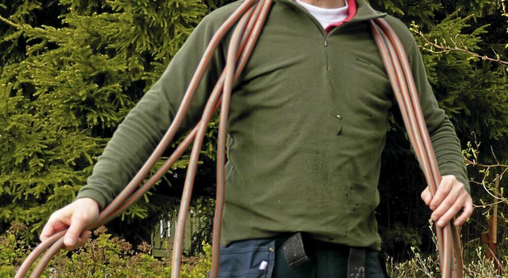 OVER NAKKEN: Er det en lang slange kan du henge den over nakken.