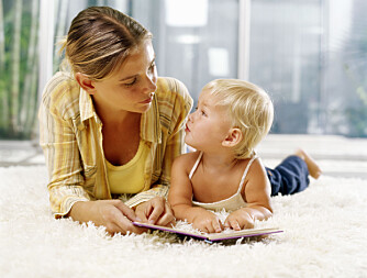 BABYENS FØRSTE ORD: For å hjelpe barnet til å lære å snakke, kan dere lese i bildebok fra barnet er rundt seks måneder gammelt. Er det ikke interessert, er ikke barnet modent nok, og dere kan imidlertid vente litt.