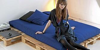 LEKKERT: Med en komfortabel madrass kan sengen av europaller bli ganske stilig.