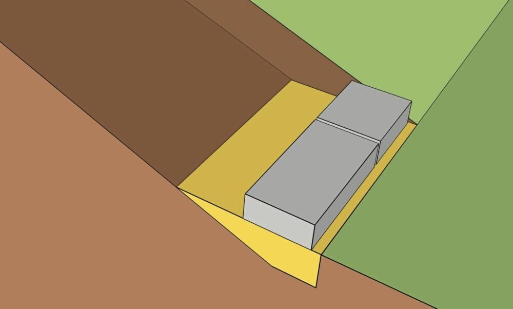 TRINN EN: Hopp / tråkk steinen godt ned i sanden. Er du nøye her blir det enklere å legge resten av trappen. Nå må du også planlegge slik at siste trinn ender i riktig høyde. Trinnene skal være i vater sideveis og ha et fall på ca 1 cm.