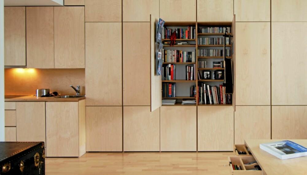 KOMPAKT LEILIGHET: God plassutnyttelse kan være en utfordring i mange boliger. Her er alle skapene gjort til en del av veggen.