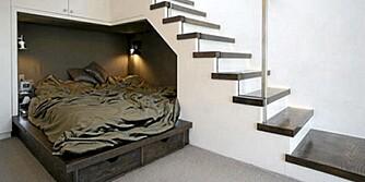ROMMET UNDER TRAPPEN: Trenger du en ekstra sengeplass, kan rommet under trappen utnyttes til det.