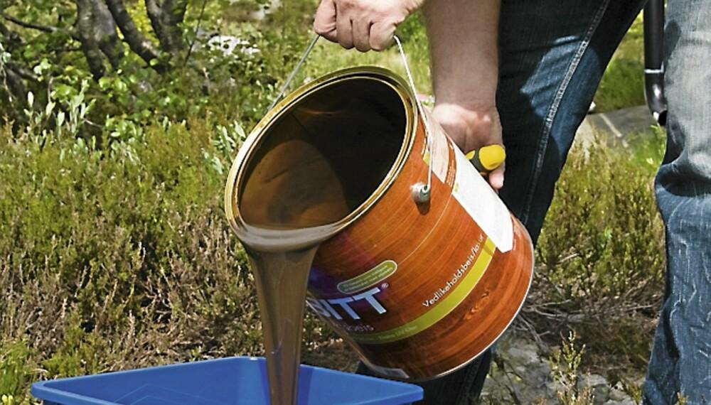VEKK FRA OPPSKRIFTEN: For å gjøre det enklere for deg selv. Hell malingen over i spannet vekk fra den siden hvor oppskriften står.