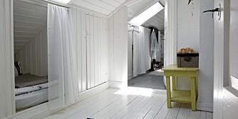 SYRLIG KONTRAST: Lyset reflekterer fint glansen på loftet. Den limegrønne krakken får oppmerksomhet.