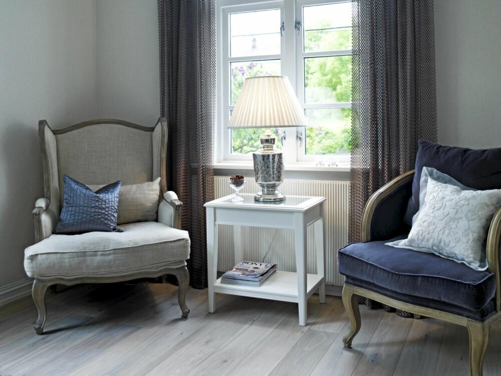 AVSLAPPENDE. Lenestoler i lin og fløyel  fra Magazin. Gardiner med hullmønster er sydd av tekstil fra Intag. Eikeparkett Calista fra Gulvspesialisten.