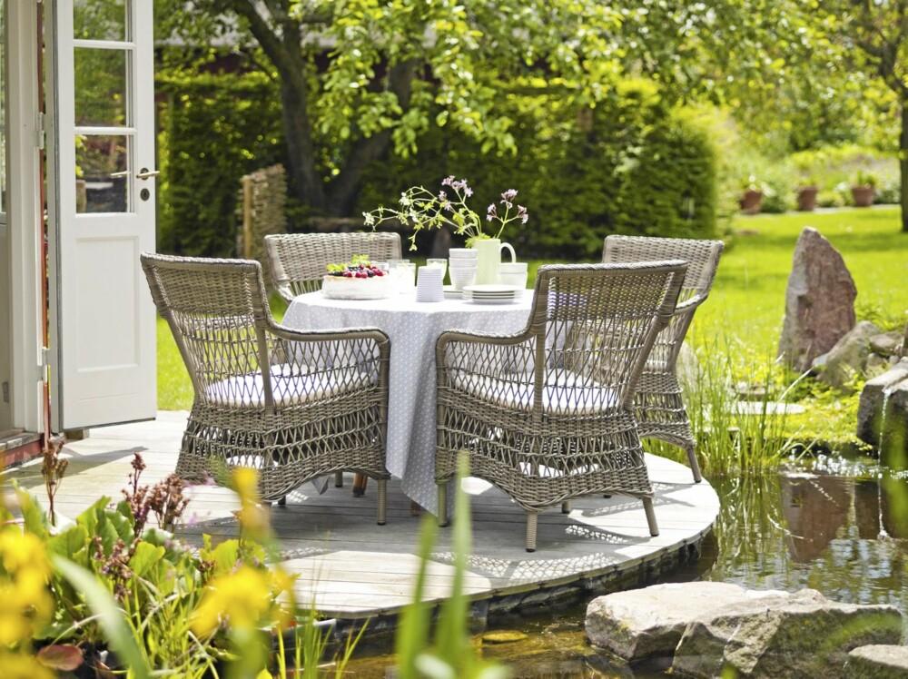 NOSTALGISK: Charlot stol (inkl. pute) koster kr 3285, toseteren kr 6245 (inkl. pute), føres av Ballerud hagesenter.