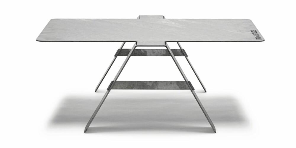 STÅLBORD: Sofabordet Muscle Made (h: 33, b: 66, l: 80 cm) består er av en stålplate som er laserskåret og bøyd,  kr 2699, Bolia.
