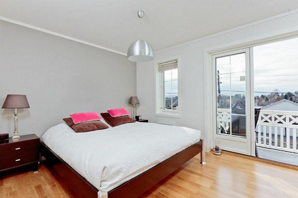 LYS GRÅ: Veggen bak sengen på soverommet er malt grå etter anbefaling fra megler, som tror malingen økte verdien på boligen betraktelig.