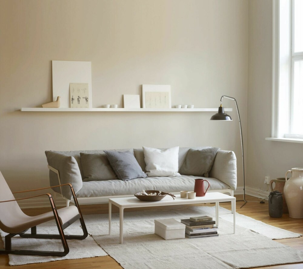 KALKFARGE: Fargesjef og trendanalytiker hos Jotun Lisbeth Larsen vil anbefale en kombinasjon av kalk og kalkgrå for deg som skal selge bolig. En supermatt maling egner seg dessuten best til å skjule små ujevnheter i underlaget. Fargen her er LADY Pure Color 10341.