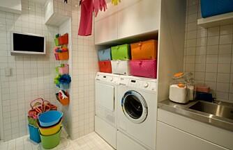 FARGEFINT: Med barn i huset kan det være lønnsomt å organisere med farger. Her kan hvert familiemedlem ha sin farge på kurven.
