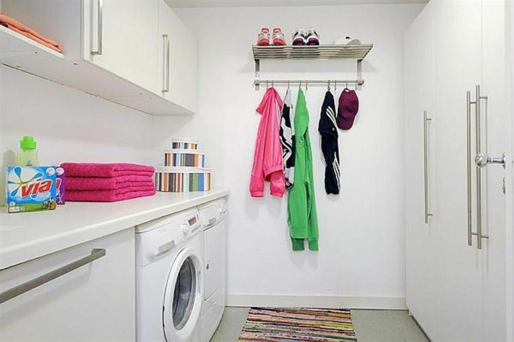 DET ENKLE ER OFTE DET BESTE: Hvite kjøkkenskap fungerer like godt på vaskerommet som på kjøkkenet.