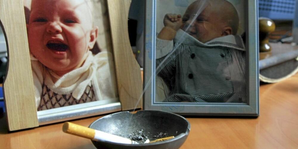 STERKERE PÅ BARN: Om lag 100 000 barn utsettes daglig for passiv røyking i Norge. Barn utsettes for passiv røyking oftere, mer intensivt og over lengre tidsperioder, enn voksne. Intensiteten henger blant annet sammen med at barn puster raskere enn voksne og fordi enkelte av de giftige stoffene i passiv røyking utsondres langsommere hos barn.