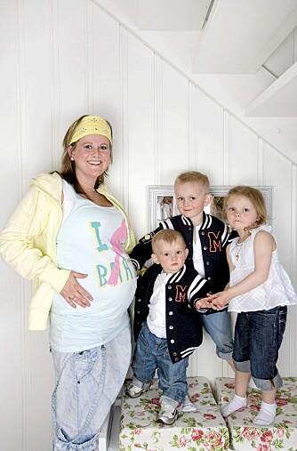 SNART KLAR: Stas for vordende storesøsken å kjenne på mammas høygravide mage.
