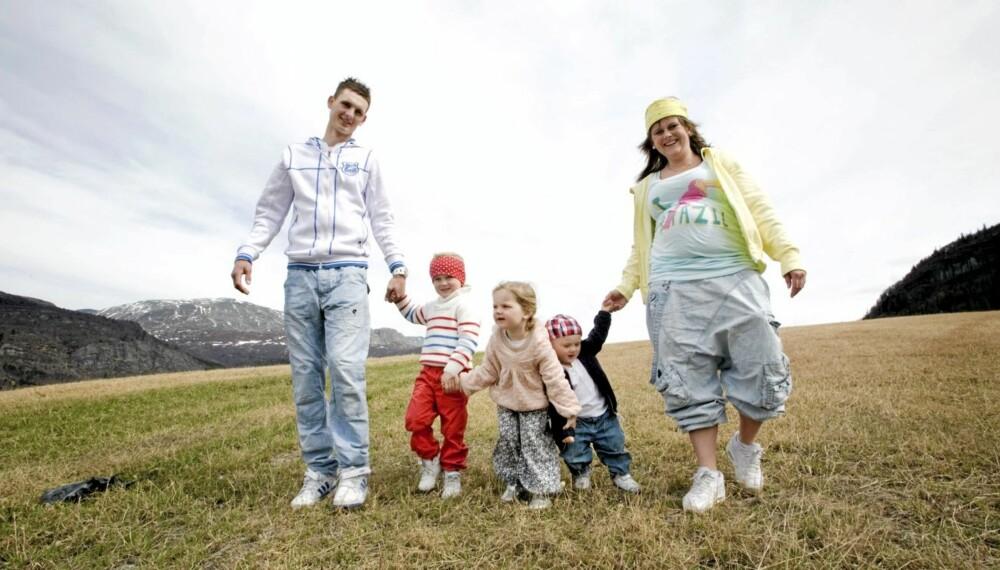 FRA FEM TIL SEKS: Emil Mathias (4), Emma Noranda (3), Maks Emilian (1), pappa Tomas og mamma Ingrid Kathrin ser fram til enda en baby.