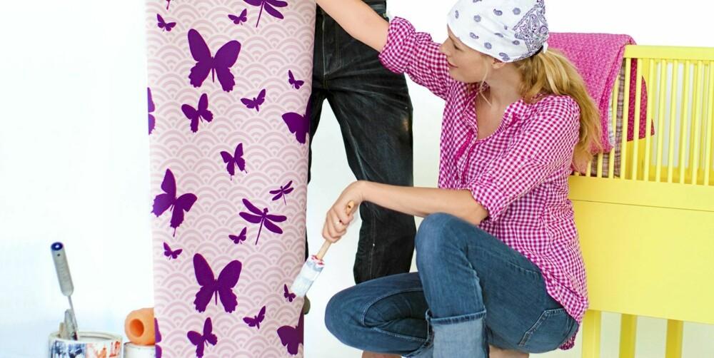 OPPUSSINGSANTREKK FOR GRAVIDE: Rutete skjorte, kr 199, fra Gina Tricot. Jeans med ekstra stretchmateriale over magen,  kr 399, fra H&M Mama. Skaut, kr 49, fra Anton Sport.