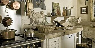 ÅPENT OG LUFTIG: Rustikke kjøkken er gjerne åpne og luftige med oppheng til kjeler og detaljer i stein, mur, flettet kurv og tre.