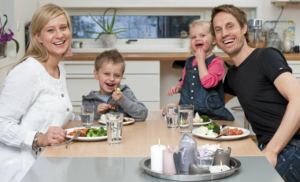 SLIK SKAL DET VÆRE: Therese (33), Theodor (5), Pernille (2 1/2) og Marius (35) Rosenberg Dalen spiser mye grønnsaker og frukt. Barna er stort sett flinke til å spise, men kjøtt er ikke en favoritt.