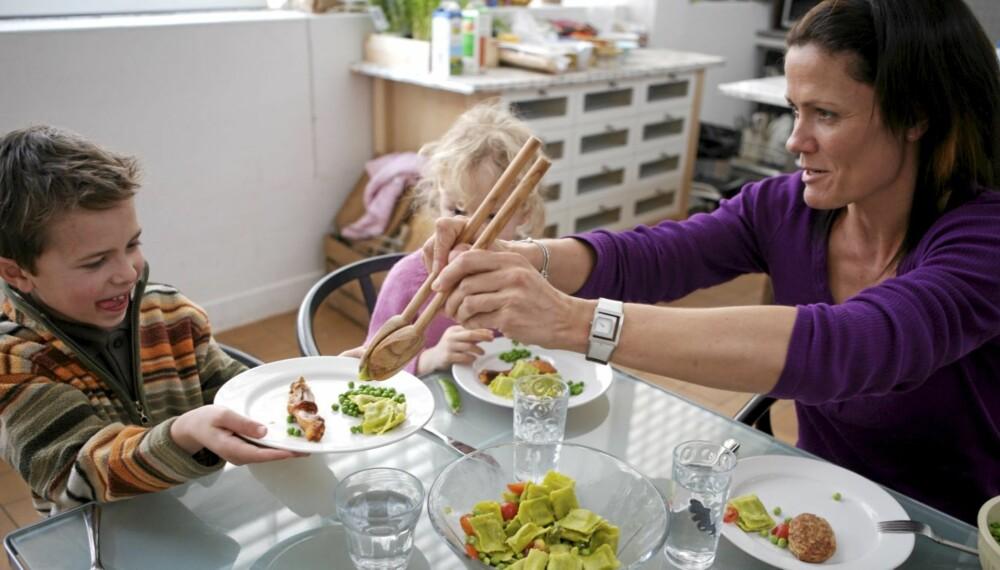 MIDDAGSHYGGE: Norske foreldre legger vekt på å samle familien rundt middagsbordet. Tv og mobiltelefon er fy. Det kan gi barna helsefordeler.