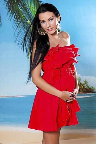 LADY IN RED: - Jeg trenger ikke dra på meg mammatights og tunika selv om jeg er gravid, mener Stine Marie.