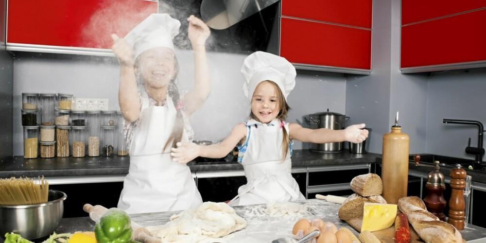 KJØKKENMORO: Små kokker kan skape mye søl, men det er fint å bli fortrolig på kjøkkenet tidlig.