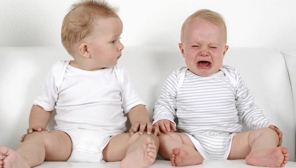 BABY 10 MÅNEDER: Nå begynner barnet og bli opptatt av å gi og få tilbake.