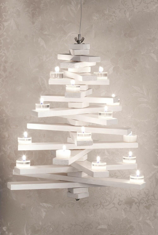 STORE VARIASJONSMULIGHETER: Treet kan henge i taket, eller stå på et bord. Du kan velge stil ved å benytte gammelt treverk eller nye lister, male det i ulike farger eller beholde trefargen og pynte det som du vil. Pynter du treet med telys må du sørge for at flammene ikke treffer de andre trelistene, og heller aldri gå fra treet med lysene tent.