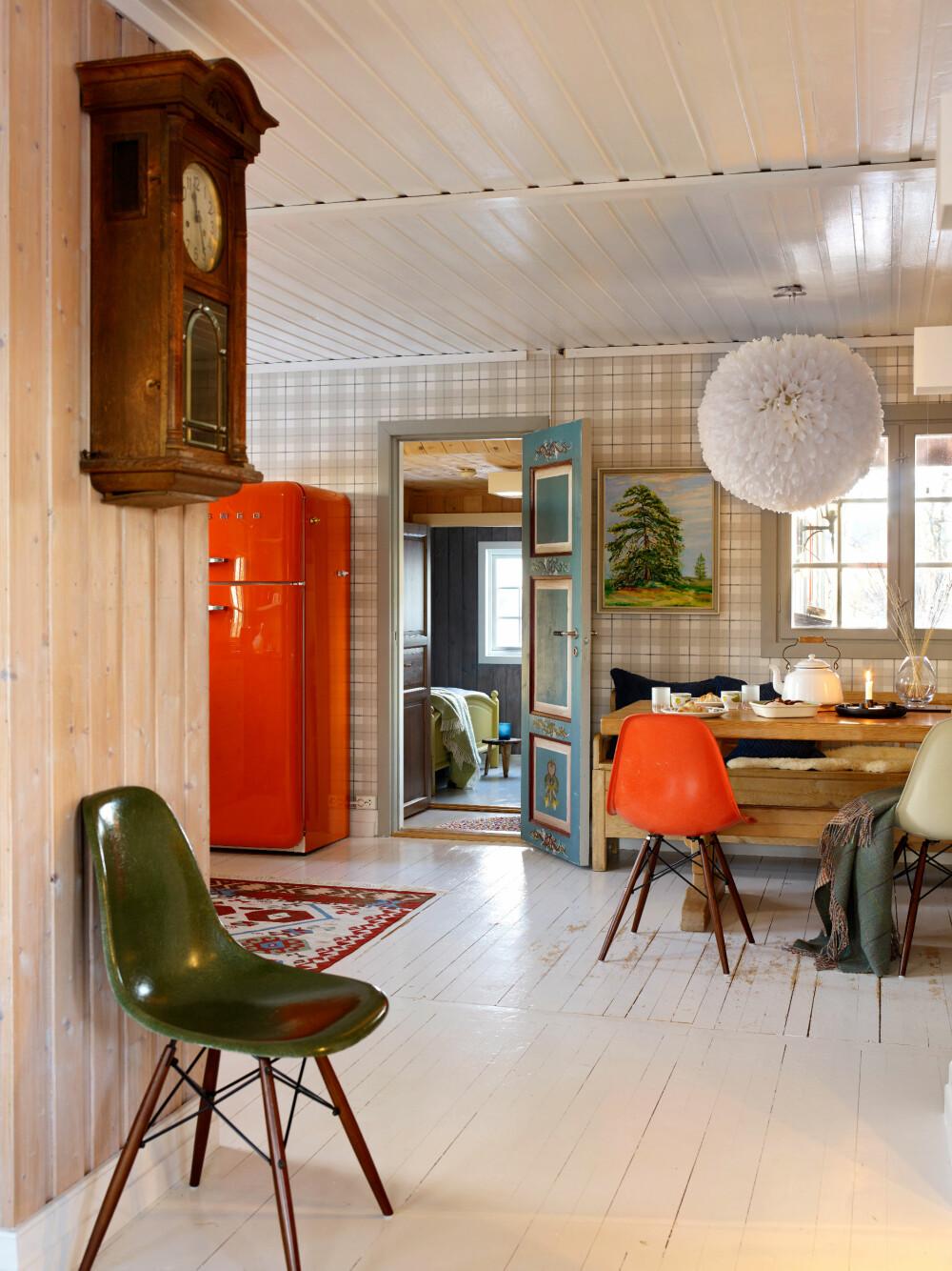 NOSTALGISK BLANDING: Snertne farger har fått et fint følge av det gamle vegguret, som er et kjært arveminne.