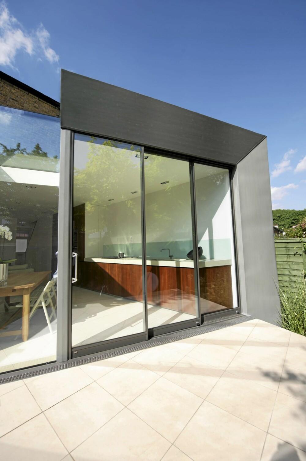 SINK OG GLASS: Materialene i glass og sink skiller seg ut fra de andre husene i murstein.
