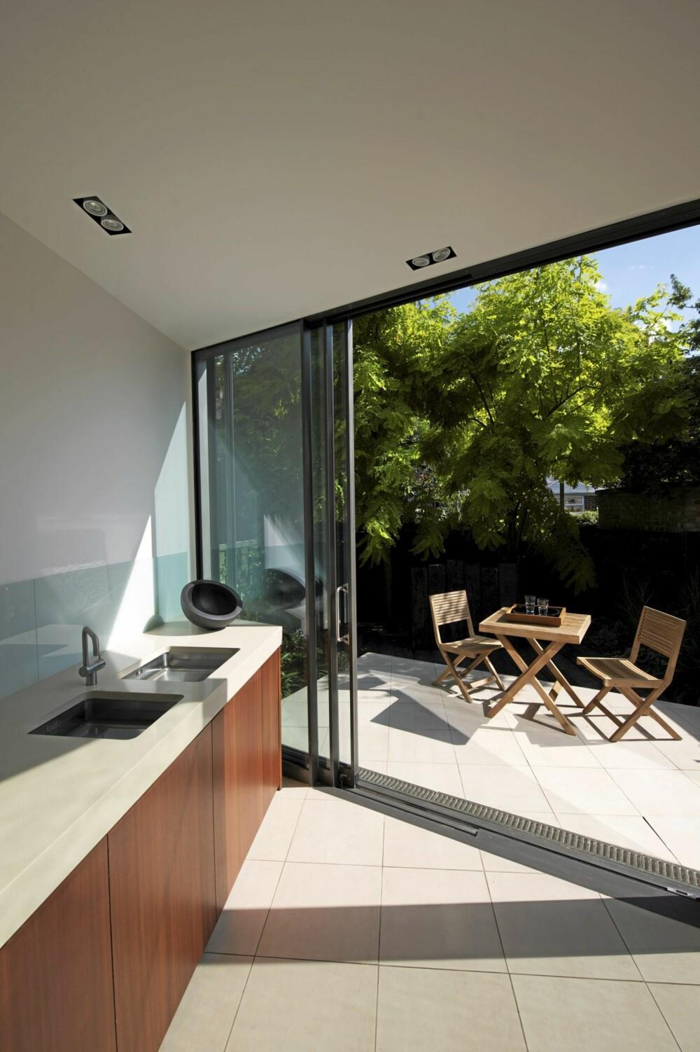 LUFTIG: Skyvedørene i glass åpner opp til en romslig terrasse og uteplass