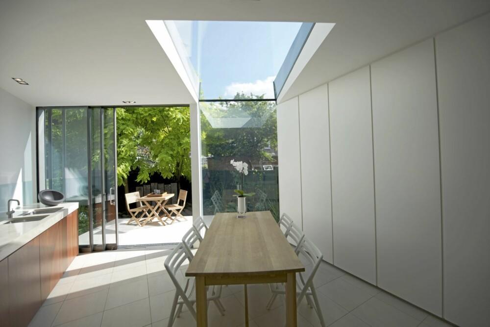 OPPBEVARING: I stuen ble det ble laget vegger med integrerte oppbevaringssrom fra Ikea skrog. Eierne ønsket et praktisk og ryddig hjem.