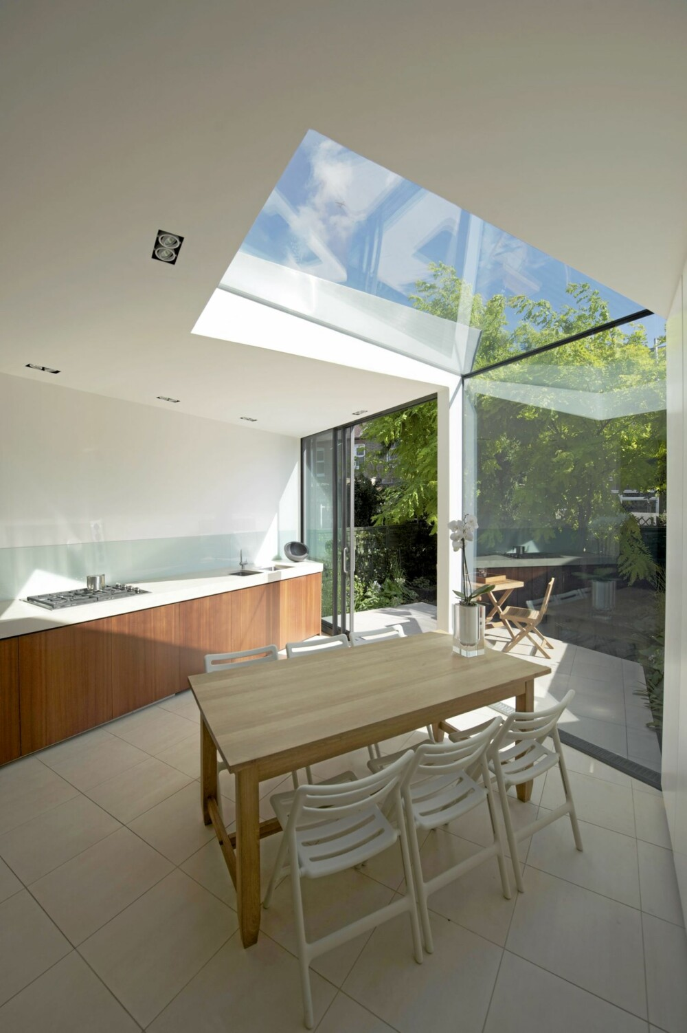 LYS: De lyse flatene i interiøret er reflekterer lyset i hele tilbygget.