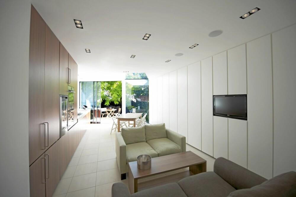 INTEGRERT TEKNOLOGI: Arkitektene ønsket å integrere teknologien i tilbygget, og har derfor innfelt TV apparatet i veggen.